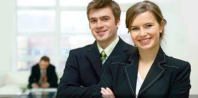 pareja de abogados en estudio juridico