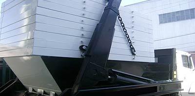 Camion transportando Volquetes Contenedores