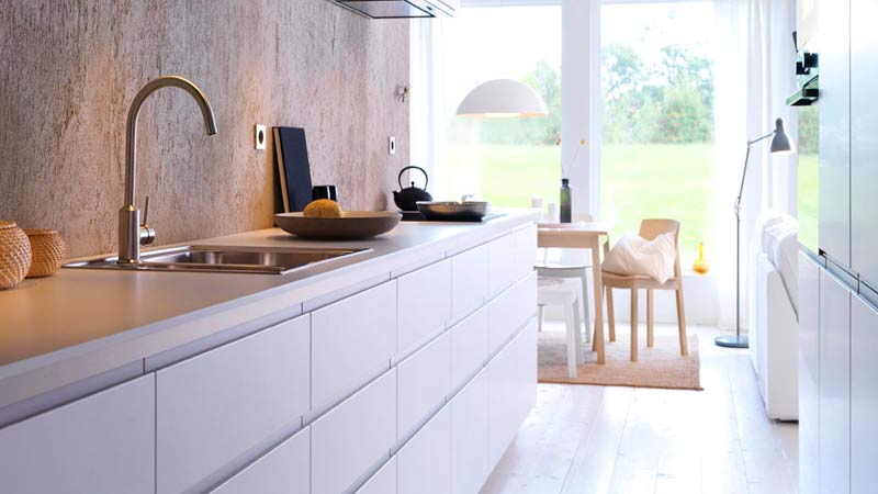 image of Cocina con muebles blancos