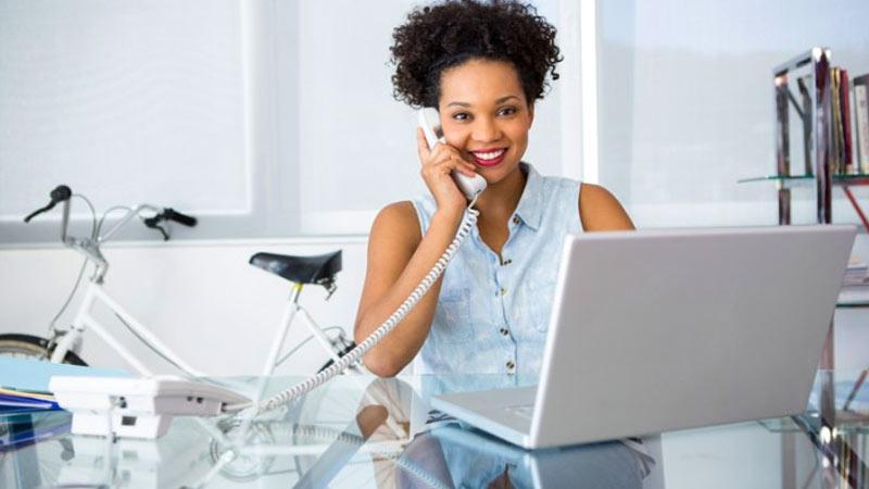 image of Mujer emprendedora hablando por telefono