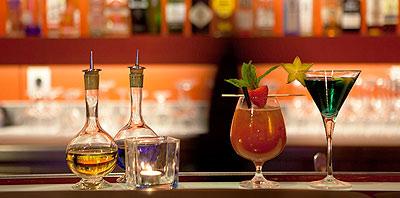 Barra de bar con bebidas y tragos