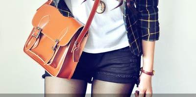 mujer joven con cartera marron anaranjado