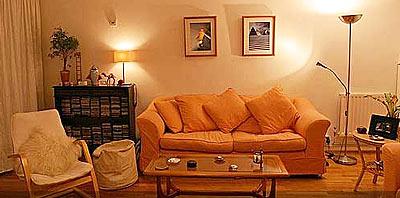 Casa con decoracion interor, iluminada y decorada