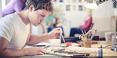 diseñador trabajando en su estudio de diseño