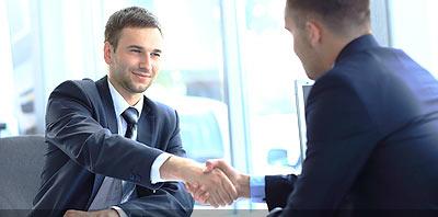 Gestor dando su mano a un cliente