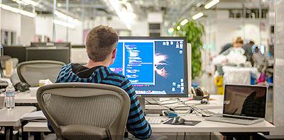 programador informatico en su computadora