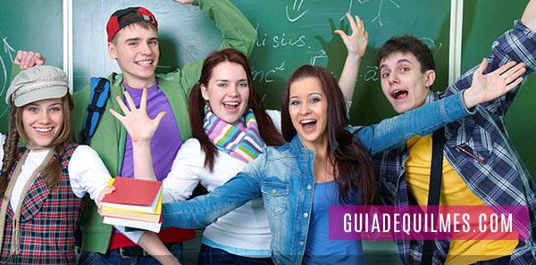 Grupo de adolescentes vestidos a la moda teens