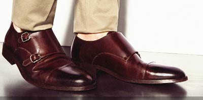 hombre con zapatos color borravino y hebilla