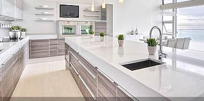Cocina con mesadas y pisos de marmol