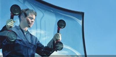 Operario instalando parabrisas en un auto