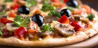 Pizza a la piedra sobre una mesa