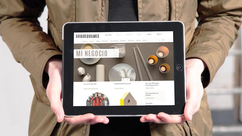 Hombre sosteniendo una tablet