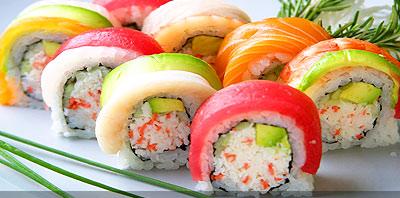 varios rolls de sushi en un plato